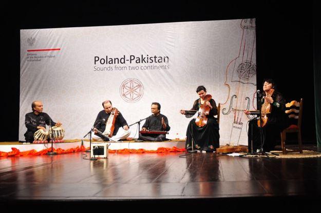 Left to right: Muhammad Ajmal (tabla), Taimur Khan (sarangi), Muhammad Azam (vocals), Marta Sołek (suka), Maria Pomianowska (suka)
